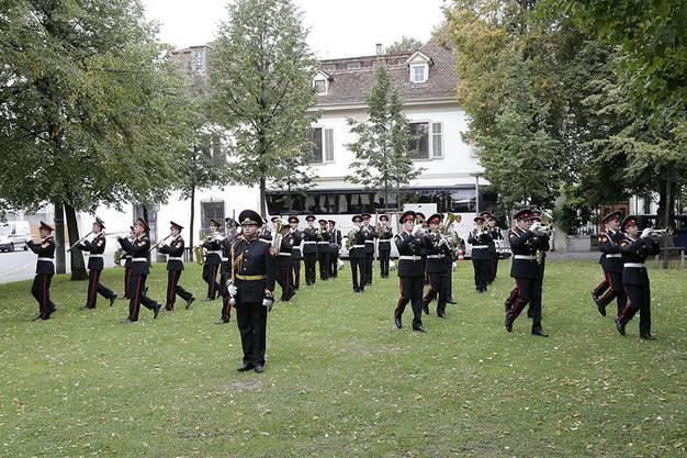 Zur musikalischen Unterhaltung spielten die berühmte Suworow-Kadetten ein Platzkonzert.