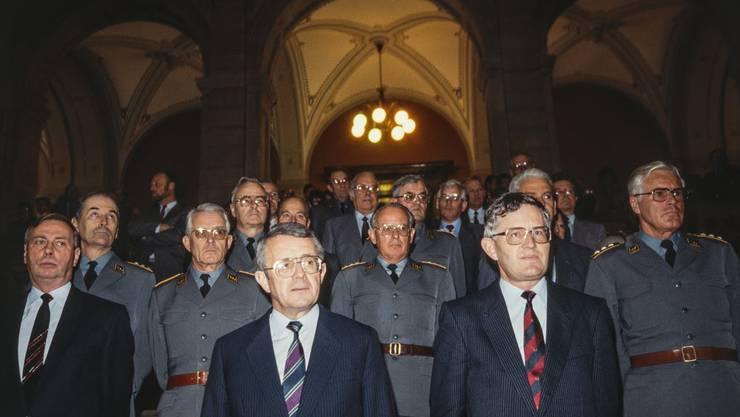 Arnold Koller (CVP) und Kaspar Villiger (FDP) bei Villigers Übernahme des Eidgenössischen Militärdepartements (EMD) anfangs 1989.