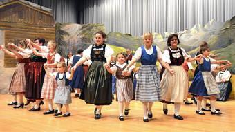 Die Tradition des Trachtentanzes wird in Neuendorf von den Erwachsenen mit dem Nachwuchs gepflegt.