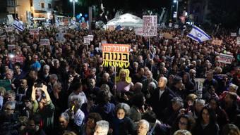 Tausende nahmen am Samstagabend in Tel Aviv an der Kundgebung gegen Netanjahu teil.