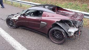 Der Sportwagen erlitt einen Totalschaden. Der Fahrer jedoch blieb unverletzt.