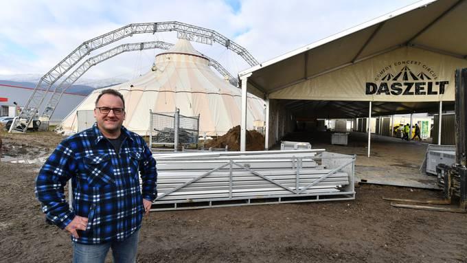 Marc Vollmer baut zusammen mit seiner Mannschaft derzeit «das Zelt» in Egerkingen auf.