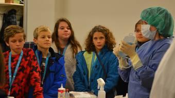 In der Spitalapotheke sahen die Kinder, wie eine Infusion vorbereitet wird.