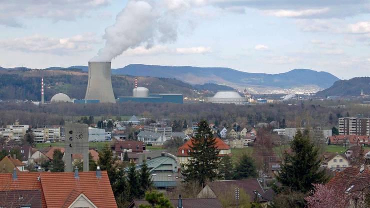 Die Fotomontage zeigt rechts das geplante Kernkraftwerk Niederamt (Blickrichtung Nordosten) mit Hybridkühlturm und Reaktorgebäude. Fotomontage: Alpiq