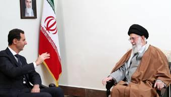 Syriens Präsident Baschar al-Assad (l.) und Irans oberster Führer Ajatollah Ali Chamenei am Montag in Teheran.