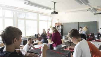 Die Bildungschancen von Kindern sind auch in reichen Industriestaaten ungleich. Die Schweiz liegt in einer Unicef-Studie nur im Mittelfeld. (Archiv)