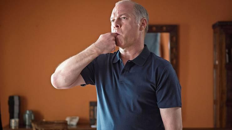 Den gekrümmten Finger wie einen Pistolenlauf in den Mund in Richtung Ohr. Cristi (Vlad Ivanov) beim Üben der Pfeifsprache. Antonio Buil.