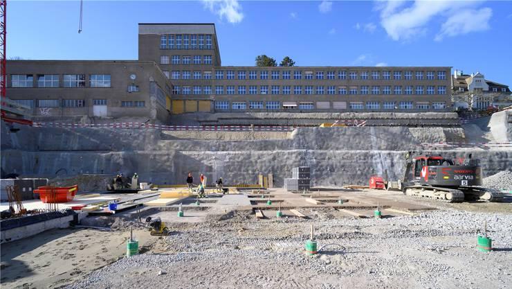 Das Badener Bezirksschulhaus wird derzeit saniert. An der Urne wurde ein Kredit von 8,1 Millionen Franken bewilligt – doch nun zeigt sich, dass das Geld für den Umbau nicht ausreicht. (Archivbild)