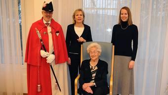 Jubilarin Rosa Flury mit Frau Landammann Brigit Wyss (links) und Pascale von Roll (Staatsschreiber Stellvertreter).