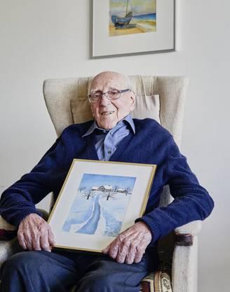 Der 100-jährige Othmar Zimmermann mit zwei der Bilder, die er gemalt hat.