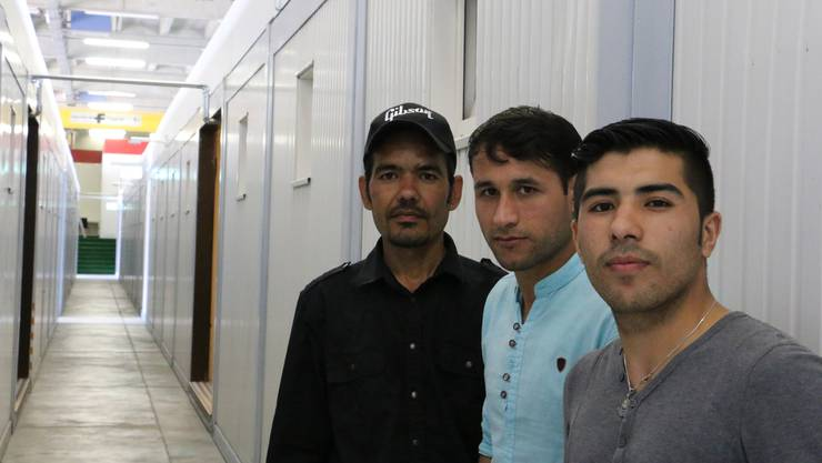 Die ersten 30 Asylsuchenden haben am Mittwoch die Wohncontainer im A3-Werkhof bezogen, darunter auch diese drei Afghanen.