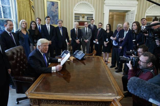 Am Dienstag inszenierte Trump die Unterzeichnung seiner zweiten «Executive Order» (Betreff Pipelines) vor Fotografen im Oval Office.