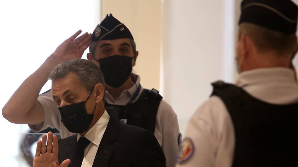 ARCHIV - Nicolas Sarkozy (M) kommt am 15. Juni 2021 in einem Pariser Gerichtsgebäude an. Im Prozess gegen den früheren französischen Präsidenten wegen mutmaßlich überhöhter Wahlkampfkosten wird heute ein Urteil erwartet. Sarkozy drohen in dem Verfahren bis zu ein Jahr Haft und eine Geldbuße. Foto: Rafael Yaghobzadeh/AP/dpa