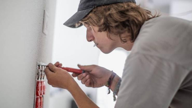 """Über die Hälfte der Schweizer Jugendlichen, welche im Sommer die obligatorische Schulzeit beendet haben, entschied sich für eine """"Stifti"""". Elektroinstallateur ist bei den Männern einer der beliebtesten Berufe. (Archivbild)"""