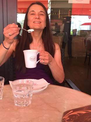 Christa Maag geniesst ihren verdienten Cappuccino.