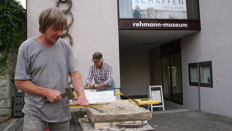 Daniel Waldner, vorne, mit Besucher an der Arbeit