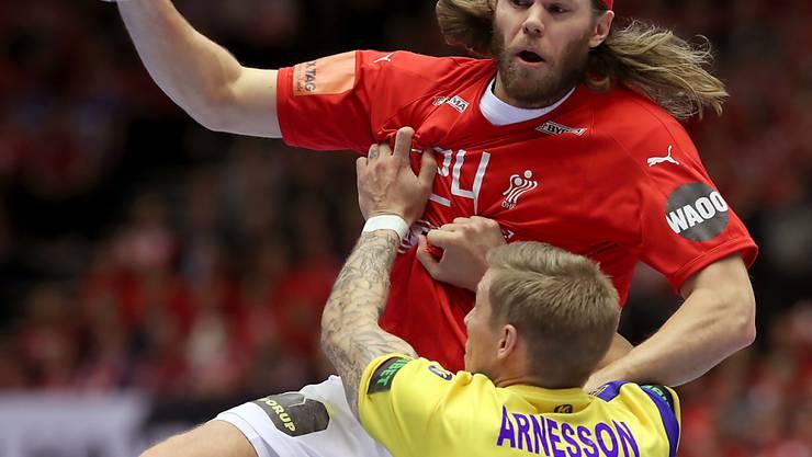 Die Schweden - hier stellvertretend Linus Arnesson gegen den Dänen Mikkel Hansen  - müssen untendurch.