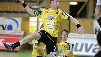 St. Otmars Martin Engeler trifft gegen den BSV Bern Muri.