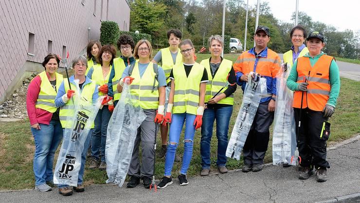Das Team in Walterswil sammelte bis zum Nachmittag fünf Säcke voll Abfall entlang der Strassen.