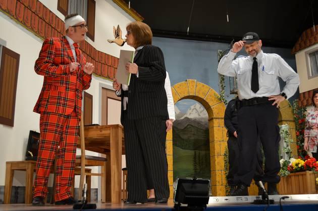 Knöpfli informiert Bezirksrichterin Rita von Allmen.