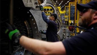 Weltweit hängen Arbeitsplätze davon ab, dass General Electric aus der Krise findet: Ein amerikanischer Mitarbeiter an einer Gasturbine.