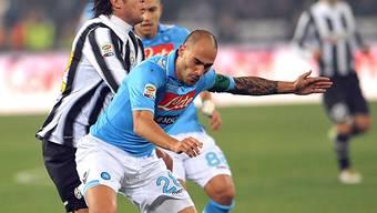 Naoplis Paolo Cannavaro (v.) hält sich Alessandro Matri vom Leib