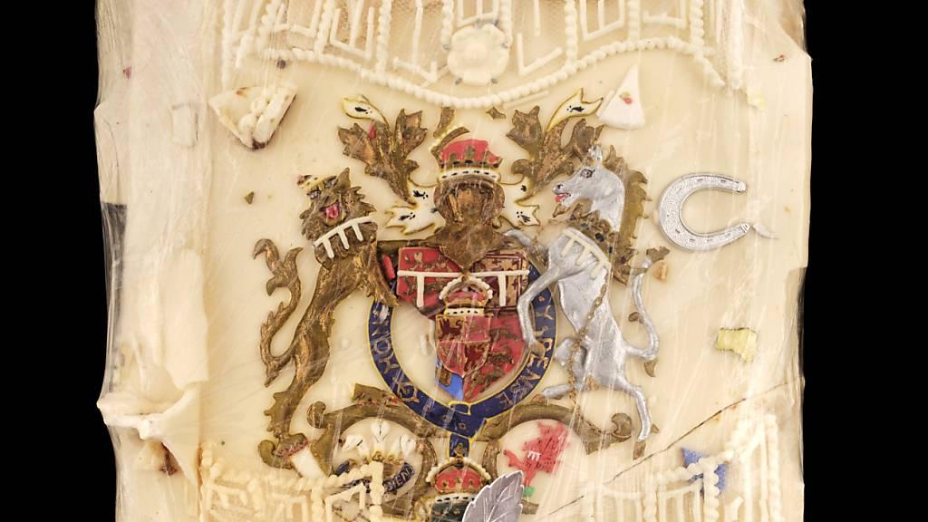 HANDOUT - Ein vom Auktionshaus Dominic Winter veröffentlichtes Foto zeigt ein Stück Torte, die für die königliche Hochzeit von Prinz Charles und Lady Diana angefertigt wurde. Foto: Dominic Winter Auctioneers/PA Media/dpa - ACHTUNG: Nur zur redaktionellen Verwendung und nur mit vollständiger Nennung des vorstehenden Credits