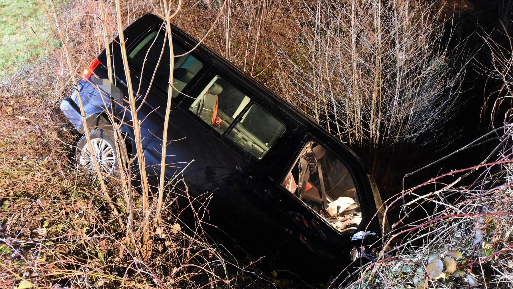 Ein 33-jähriger Mann kam von der Strasse ab und landete in einem Bachbett.