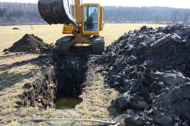 Die rund drei Meter tiefe Grube fördert Grausiges zutage.