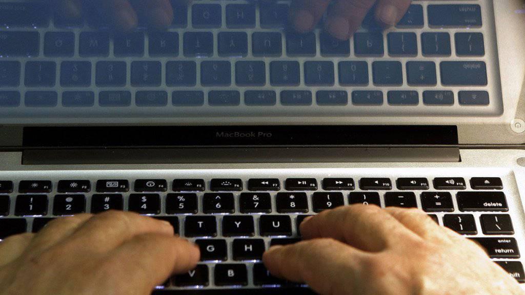 Ein Mann soll seine Tochter mehrfach vergewaltigt und sie auf Dating-Seiten im Internet angeboten haben. (Symbolbild)