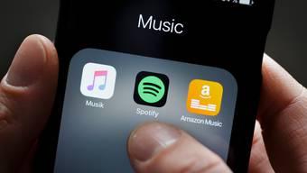 Die Logos der Musikstreamingdienste Spotify und Amazon Music.