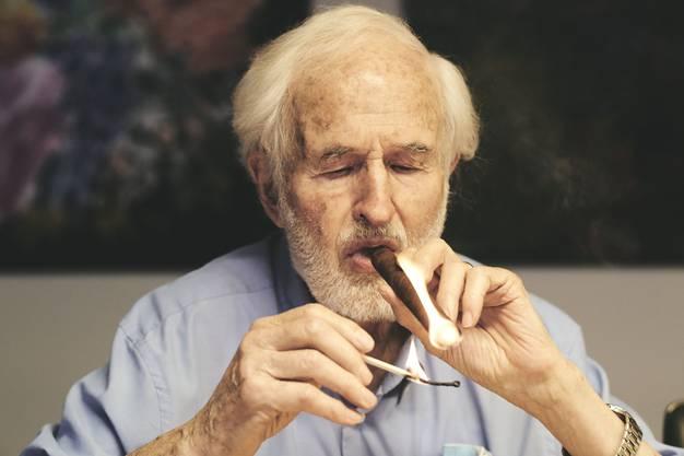 Zwei bis drei Zigarren raucht er pro Tag - früher waren es zehn.