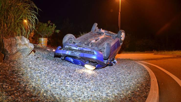Der Personenwagen wurde beim Unfall massiv beschädigt und musste durch ein Abschleppunternehmen abtransportiert werden