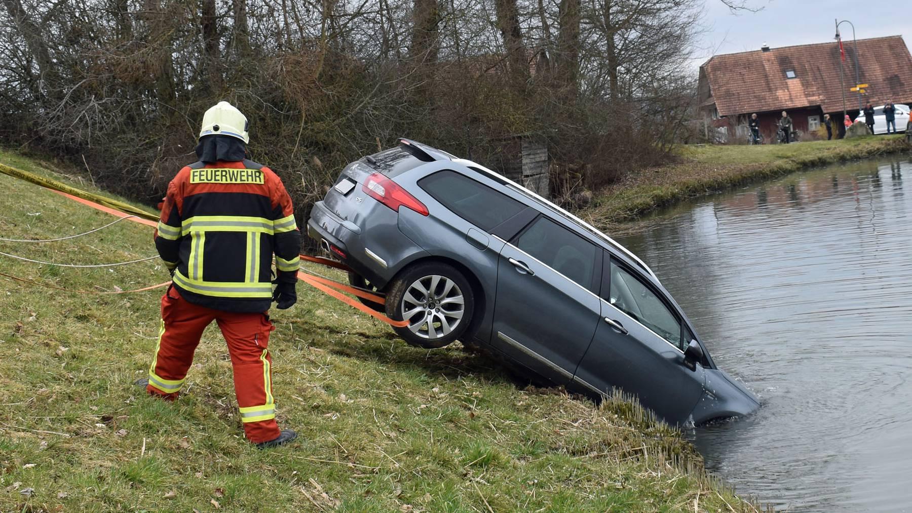 Der Citroën musste durch die Feuerwehr aus dem Weiher gezogen werden.