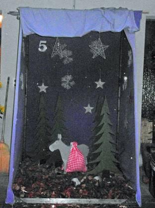 Kindgerecht gestaltetes Weihnachtsarrangement.