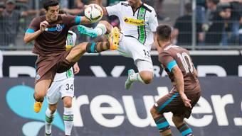 Gladbachs Neuer Lars Stindl im Luftkampf mit Portos Marcano