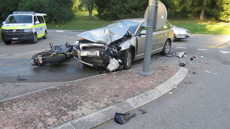 Schinznach-Bad: Die Volvo-Fahrerin kollidierte beim Abbiegen mit dem Töfffahrer.