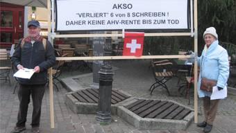 Kundgebung auf dem Märetplatz in Solothurn: Das Schweizer Ehepaar aus der Romandie macht auf seine finanzielle Notlage aufmerksam.zvg