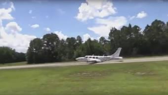 Propellerflugzeugs schlittert ohne Fahrwerk über die Landebahn