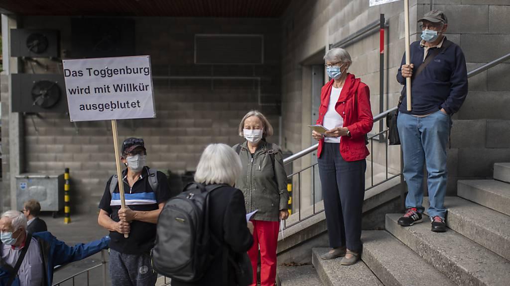 Vor der entscheidenden Debatte über die Zukunft der Spitäler im St. Galler Kantonsrat wurde für den Erhalt des Spitals Wattwil demonstriert. (Archivbild)