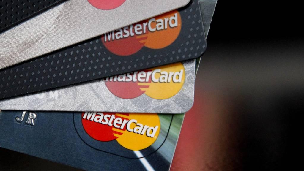 Der Kreditkartenanbieter soll den Bargeldbezug behindert haben. (Archivbild)