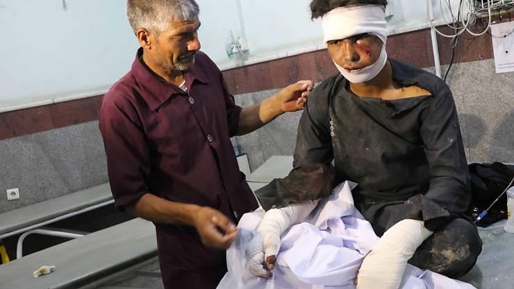 Mindestens 34 Tote und 17 Verletzte forderte am Mittwoch ein Bombenanschlag im Westen Afghanistans. Zahlreiche Verletzte wurden in einem Spital in Herat medizinisch versorgt.
