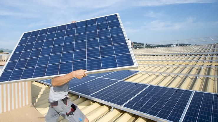 Wer von einer Einmalvergütung des Bundes für den Bau einer Solaranlage profitieren will, muss künftig statt mehrerer Monate jahrelang auf die Auszahlung warten. (Archivbild)