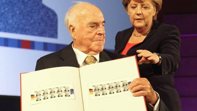 Bundeskanzlerin Angela Merkel und Ex-Kanzler Helmut Kohl präsentieren ein Briefmarkenalbum zu Ehren des CDU-Politikers
