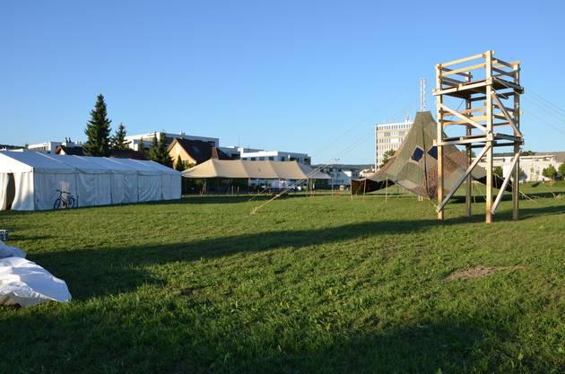 Ein Turm für die Technik, der grosse Sarasani und das Festzelt stehen bereits