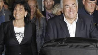 Anne Sinclair und Dominique Strauss-Kahn auf dem Flughafen Roissy Charles de Gaulle