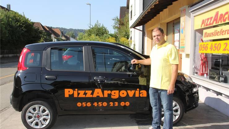 Inhaber Pepe Misovski vor seiner Pizzeria an der Bodenackerstrasse. Timea Hunkeler