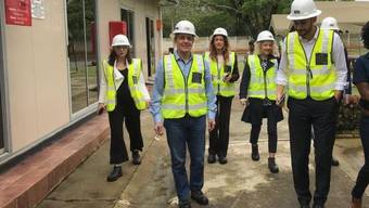 Aussenminister Ignazio Cassis und Entourage beim Besuch der Mopani Kupfermine von Glencore in Sambia. Sein Departement hat gemäss SRF-Ombudsmann Roger Blum die Öffentlichkeit mehrfach unkorrekt darüber informiert.