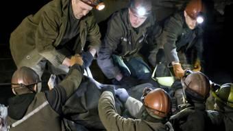 Ukrainische Kumpel bergen ihre toten Kollegen