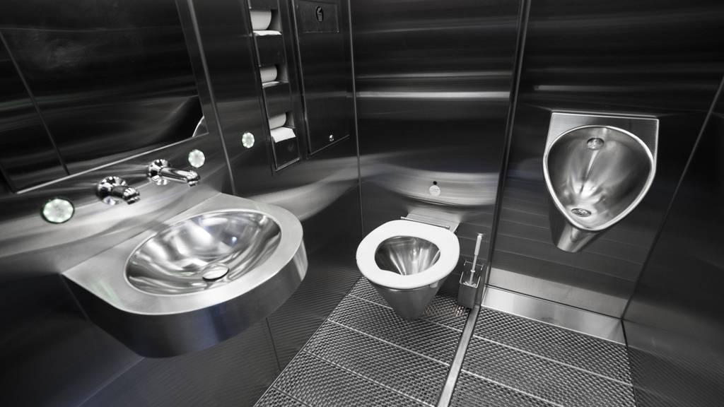 Überfallduo raubt 34-Jährigen auf Bahnhofs-WC aus